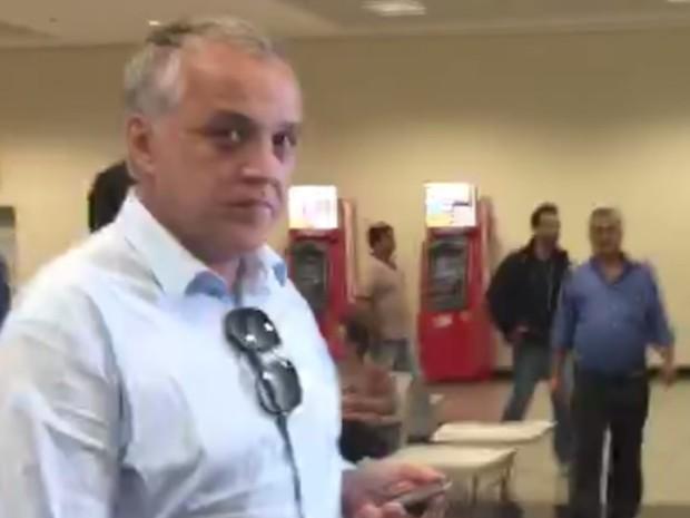 Carlinhos Cachoiera Carlos Augusto Ramos desembarca em aerporto de goiânia goiás (Foto: Reprodução/TV Anhanguera)