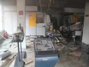 Caixa eletrônico foi arrombado na manhã deste sábado (Foto: Décio Pandolfi)