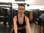 Fernanda Keulla se exercita com elástico e mostra treino na web