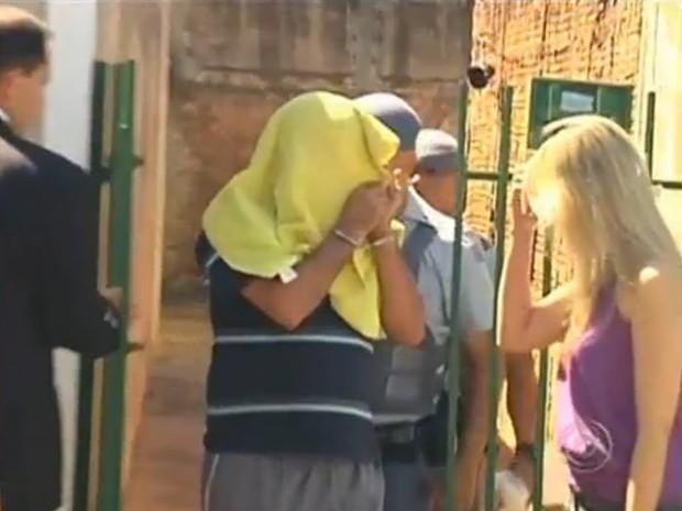 Suspeitos são levados para a delegacia durante operação (Foto: Reprodução / TV Tem)