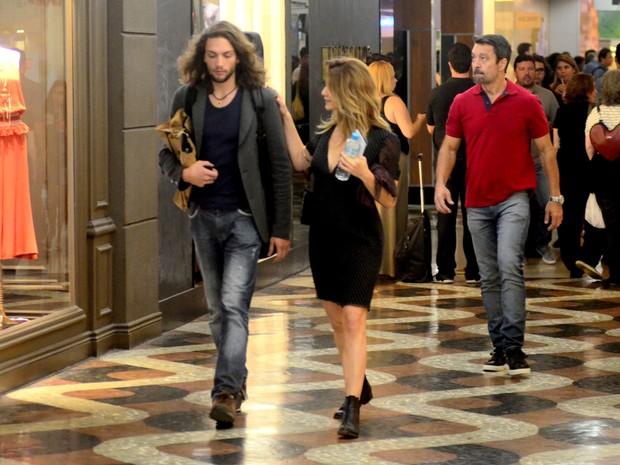 Letícia Spiller acompanhada em shopping na Zona Sul do Rio (Foto: Webert Belicio/ Ag. News)