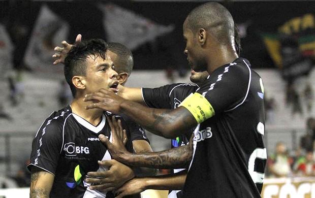 Bernardo e Dedé comemoram gol na partida do Vasco contra o Macaé (Foto: Marcelo Sadio / Site do Vasco)