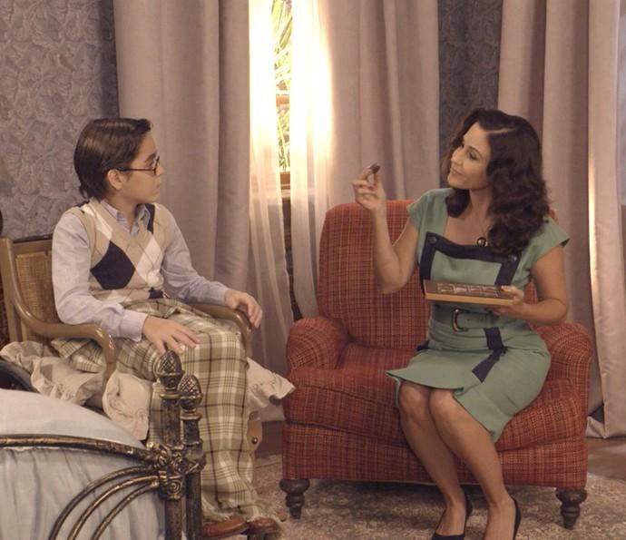 Ilde mente que dará chocolate para Claudinho, mas acaba comendo (Foto: Reprodução/TV Globo)