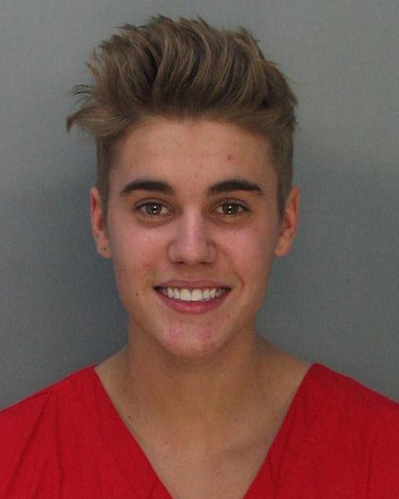 Depois de muitas reviravoltas com a lei, Justin Bieber foi preso em janeiro após dirigir em alta velocidade suspeito de estar sob efeito de entorpecentes. O caso se tornou famoso também pelo sorriso que o cantor deu para a foto 3x4. (Foto: Getty Images)