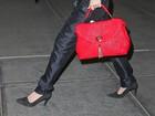 Tudo isso é frio? Lady Gaga tampa o rosto com um pano para sair em NY