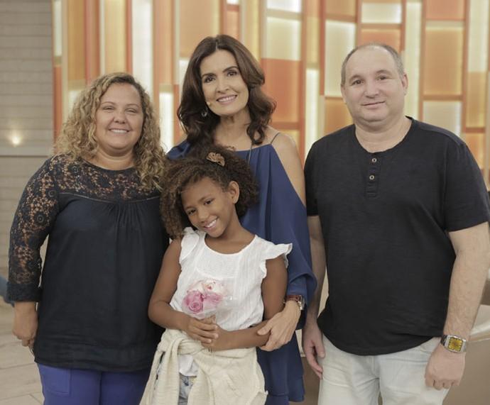 A apresentadora com uma das famílias que participaram do programa  (Foto: Ellen Soares/Gshow)