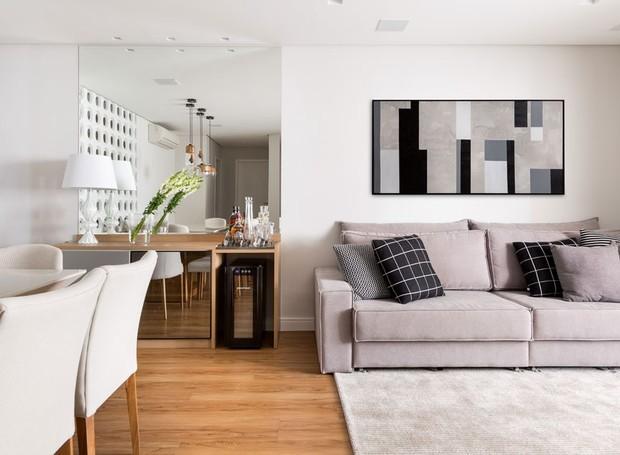 5-decoração-sala-pequena-dicas-para-aumentar-o-espaço-cor-clara (Foto: Julia Ribeiro/Divulgação)