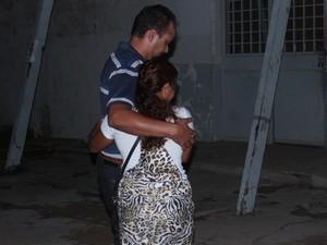 Alzenira, ex-mulher do operário, é amparada  (Foto: Patrícia Andrade/G1)
