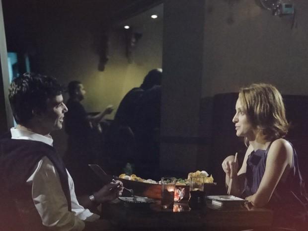 Kleber e Priscila têm o primeiro encontro (Foto: Amor Eterno Amor / TV Globo)