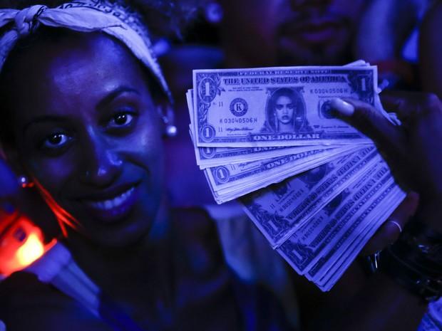 Fãs mostram dólar falso com o rosto da Rihanna durante show da cantora no Rock in Rio (Foto: AP Photo/Felipe Dana)