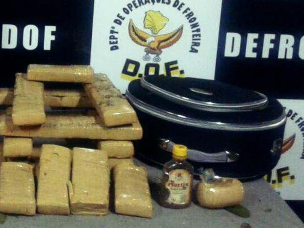 Jovem foi presa com 15 tabletes de maconha, em Dourados, MS (Foto: DOF/ Divulgação)