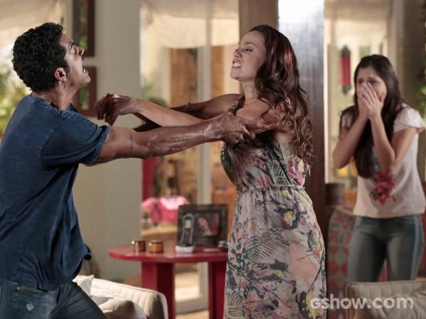 Juliana tenta revidar contra Jairo (Foto: Felipe Monteiro/ TV Globo)