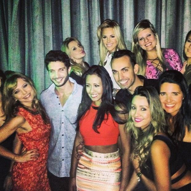 Simone Soares com amigos em festa em Nova York, nos Estados Unidos (Foto: Instagram/ Reprodução)