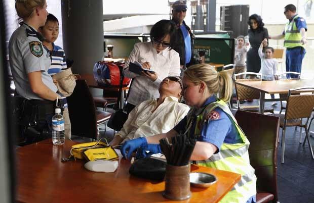 Passageira que estava presa em monotrilho recebe cuidados (Foto: Reuters)