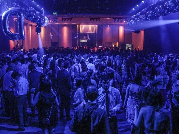 As festas de casamento com noivo-atores já atraíram entre 300 e 600 convidados nos salões de festas de Buenos Aires (Foto: Emiliano Ruiz/ Falsa Boda)