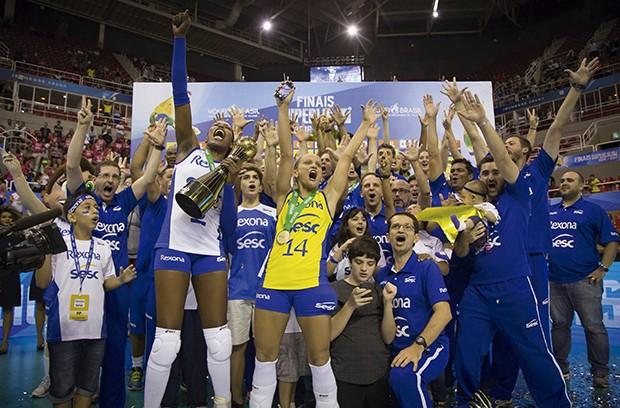Time feminino do Sesc RJ comemora vitória da Superliga 16/17 (Foto: Márcio Rodrigues/MPIX)
