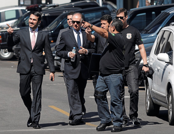 Nuzman entre agentes federais (Foto:  Ricardo Moraes/REUTERS)
