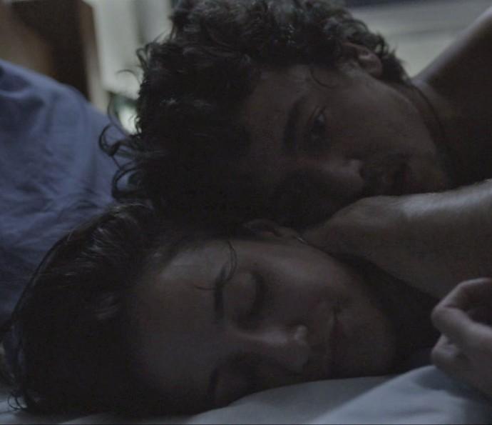 Vicente e Regina têm noite de amor (Foto: TV Globo)
