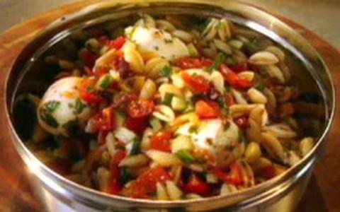 Jamie Oliver ensina a fazer salada de macarrão