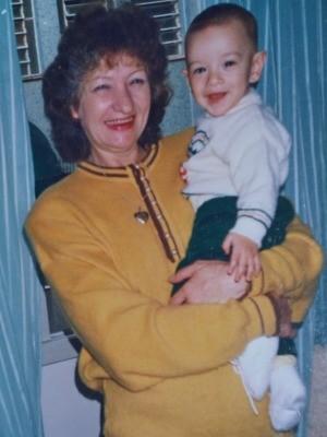 Fernando quando era bebê no colo da avó Nilva (Foto: Fernando Aguzzoli/Arquivo pessoal)