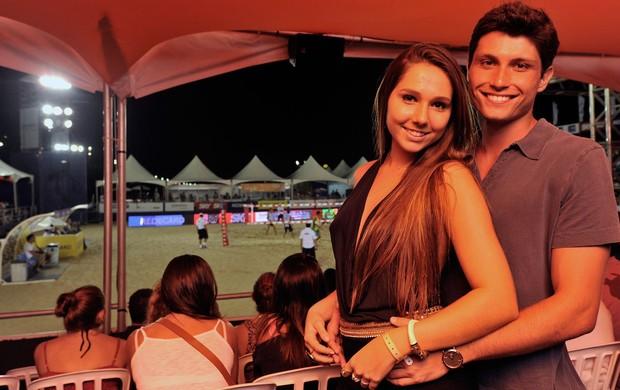 Carol Portaluppi, filha do Renato Gaúcho, com o namorado Carlo, no Mundialito de Futêvolei (Foto: Divulgação/AGIF)