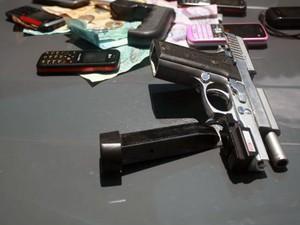 Operação Coqueiros, em Natal, apreendeu drogas e armas (Foto: Cedida/PM RN)