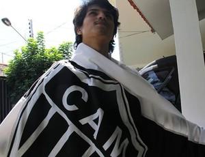Matheus Faustino, torcedor do Atlético-MG, com a bandeira que nunca foi lavada (Foto: Matheus Faustino/ Arquivo Pessoal)