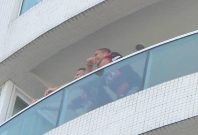Schweinsteiger e Podoslki aparecem na varanda do hotel (Foto: Fred Huber)