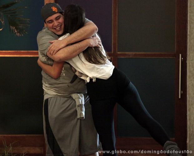 Bruna e Abravanel dão um forte abraço (Foto: Domingão do Faustão / TV Globo)