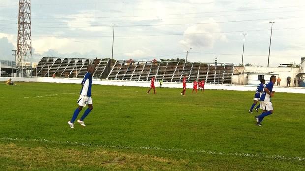 Atacante Leonardo comemora os dois gols na partida (Foto: Adeilson Albuquerque/GLOBOESPORTE.COM)