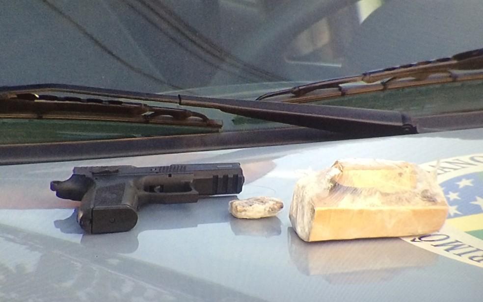 Polícia encontra arma e droga dentro de carro em que casal estava, em Aparecida de Goiânia, Goiás (Foto: Reprodução/ TV Anhanguera)