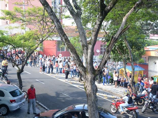 Mais de 7 mil pessoas aguardam em fila para concorrer a vaga de auxiliar de produção e atendente de telemarketing. (Foto: Arquivo Pessoal/Júlio Leite)