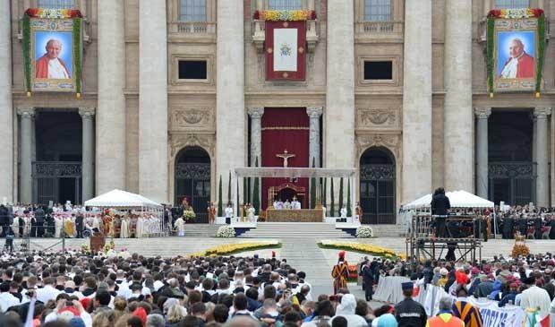 Imagens de João Paulo II e João XXIII na Basília de São Pedro. (Foto: Alberto Pizzoli / AFP Photo)