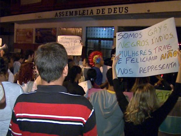 Cerca de 100 pessoas participaram do terceiro protesto em frente à Assembleia de Deus Avivamento da Fé em Ribeirão Preto (Foto: Valdinei Malagute/EPTV)