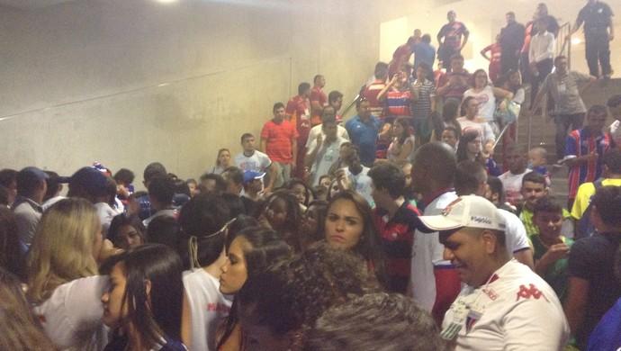 Jogadores e imprensa no vestiário da Arena Castelão após invasão no Clássico-Rei (Foto: Thaís Jorge)