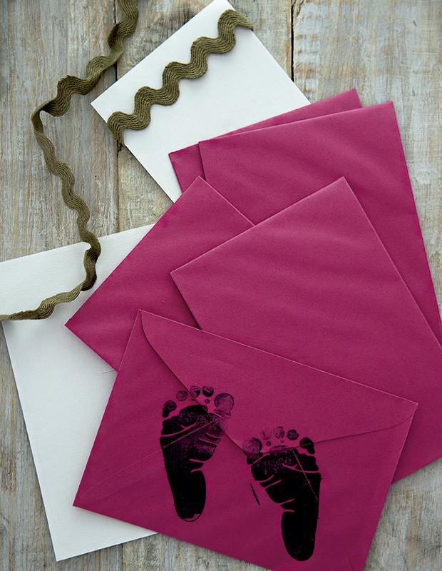 O lacre real de sua majestade, o bebê, no envelope: carimbo de pezinho da papelaria Pais e Filho (Foto: Cacá Bratke/Editora Globo)