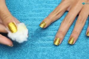 O jeito mais fácil de remover glitter forte das unhas