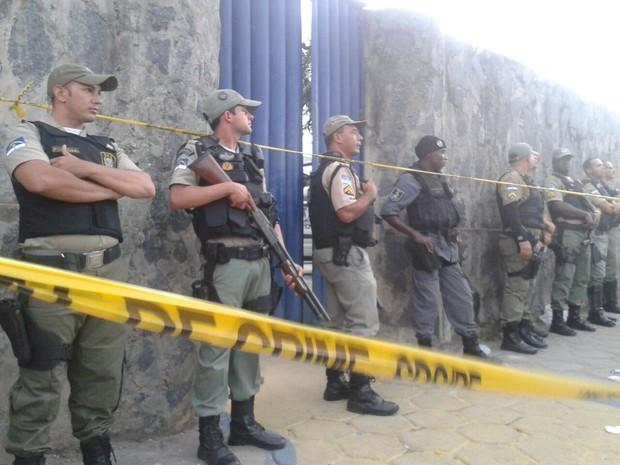 Polícia isola portão de presídio do Complexo do Curado.  (Foto: Luna Markman / G1)