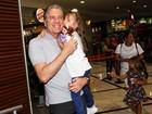 Rafa Justus vai ao teatro com o pai em São Paulo