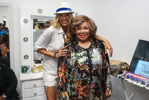 Adriane Galisteu posa para foto com a cantora Alcione (Foto: Manuela Scarpa/Photo Rio News)