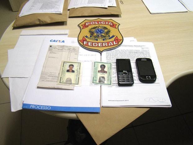 Suspeitas foram detidas em flagrante e documentos apreendidos pela PF  (Foto: Divulgação/Polícia Federal do RN)