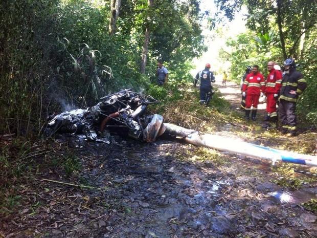 Helicóptero cai em área de mata no litoral de SP e deixa dois mortos
