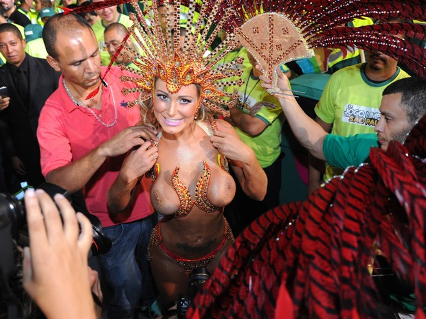 Andressa Urach se prepara para desfilar pela Leandro de Itaquera. (Foto: Flavio Moraes/G1)