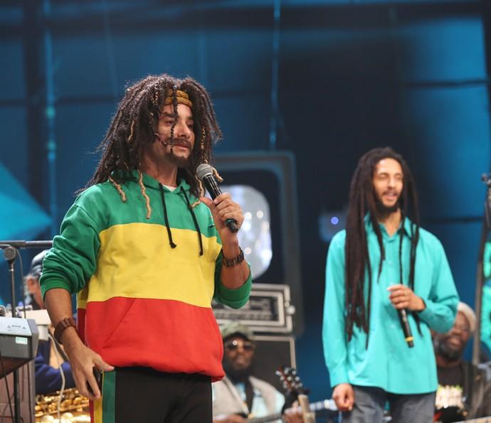 Mustafary se encontra com Julian Marley no Altas Horas (Foto: Carol Caminha/Gshow)