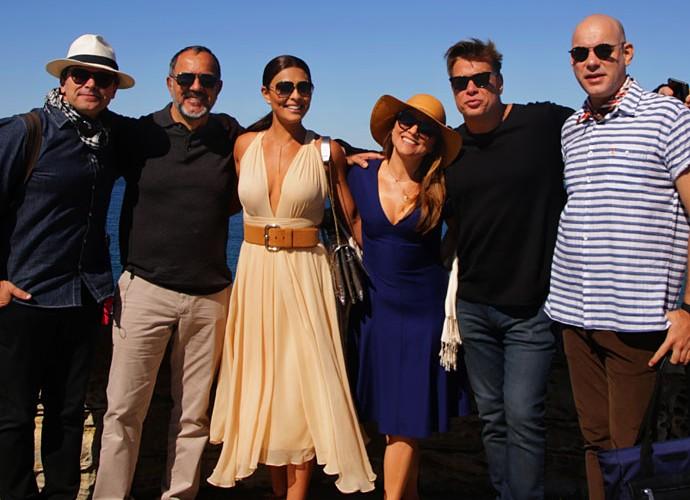 O diretor Luiz Henrique Rios posa ao lado do elenco em dia de gravação (Foto: Bernardo Duarte/Gshow)