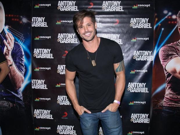 Dado Dolabella em show em Londrina, no Paraná (Foto: Deividi Correa/ Ag. News)