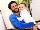 Em clima de Dia dos Pais, Vinícius de Oliveira posa para o EGO com Benjamim