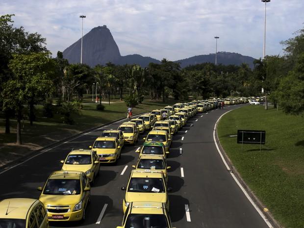 Taxistas realizam protesto contra o aplicativo Uber no Aterro do Flamengo, no Rio de Janeiro. Os manifestantes estão concentrados no monumento em homenagem aos pracinhas (Foto: Ricardo Moraes/Reuters)