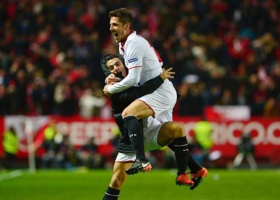 Jovetic corre para comemorar o gol da vitória do Sevilla, marcado aos 47 do segundo tempo