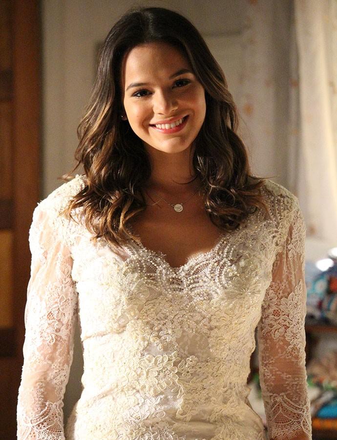Mari fica radiante durante prova do vestido de noiva (Foto: Rodrigo Dau/Gshow)